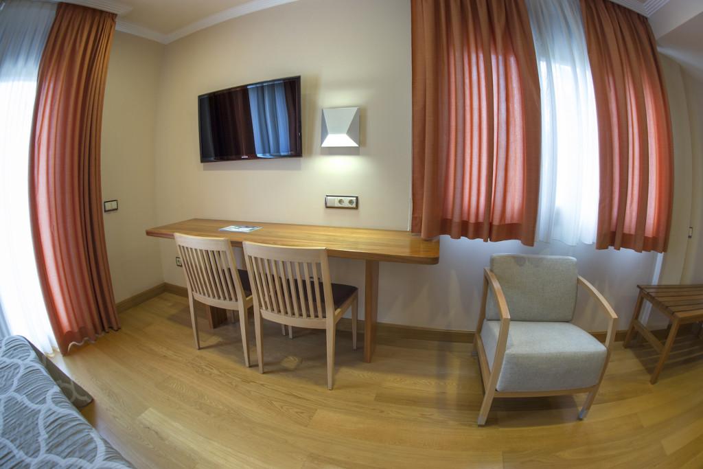 Habitaciones en el pirineo aragon s hotel los nogales for Habitacion quintuple
