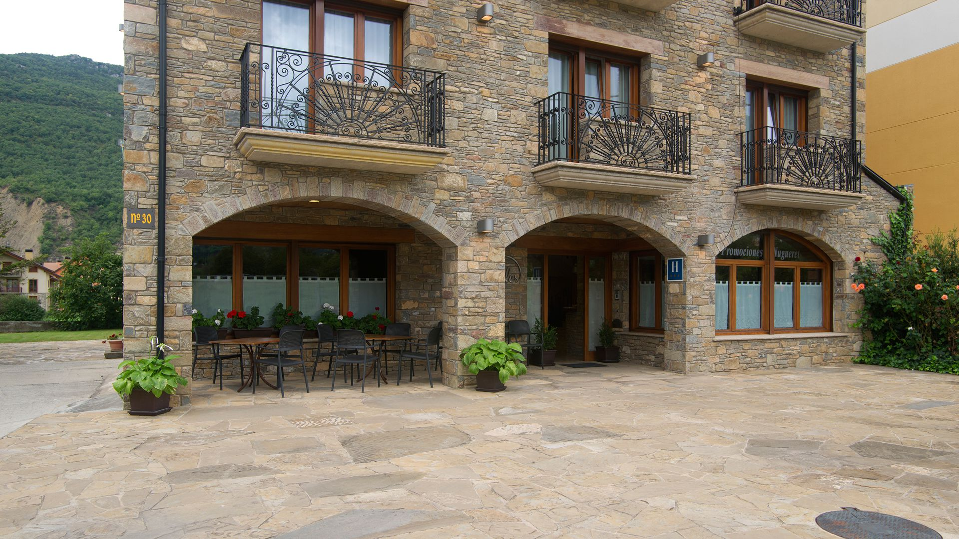 Your hotel in the Pyrenees, your house in Campo